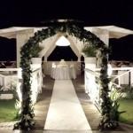 Fotografi matrimonio Napoli. Arco fiorito per gli sposi. Ricevimento nuziale all'aperto.Matrimonio al Sohal Beach