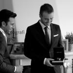 Fotografi matrimonio Napoli. Emozioni al matrimonio. Scatti spontanei. Il cadeau per il testimone.