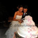 Fotografi matrimonio Napoli. Emozioni di un matrimonio ad Amalfi. Scatti spontanei. Il taglio della torta Nuziale.