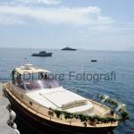 Fotografi matrimonio Napoli. L'arrivo in barca degli sposi. Addobbi floreali sulla barca degli sposi.