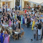 Fotografi matrimonio Campania. Meraviglioso matrimonio a Capri. Gli invitati attendono la sposa in Piazzetta.