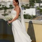 Scatti spontanei matrimonio. Nozze in Puglia. Abito da sposa monospalla. Sposa come una dea