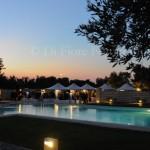 Matrimonio da favola in Puglia. Relais Masseria Montalbano. Party di nozze in piscina. Foto spontanee.
