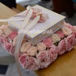 Fotografi matrimonio Napoli. Romanico portafedi floreale in british style