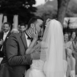 Fotografi matrimonio Napoli. Matrimonio all'aperto. Villa Habiba. Bacio appassionato degli sposi