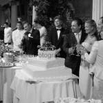Fotografi matrimonio Napoli. Matrimonio elegante. Taglio della torta nuziale nel suggestivo salone del Bellevue Syrene