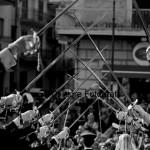 Fotografi matrimonio Napoli. Matrimonio da favola con picchetto d'onore. Il bacio degli sposi sotto un ponte di sciabole.