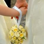 Emozioni al matrimonio. Scatti fotografici spontanei. Immagini romantiche: la sposa e la flower girl.