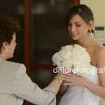 Scatti fotografici indimenticabili. Tradizioni al matrimonio. La consegna del bouquet alla sposa