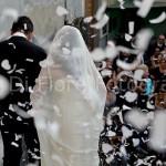 Matrimonio indimenticabile. Lancio del riso e di petali di rosa all'uscita della chiesa. W gli sposi!