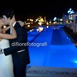 Matrimoni estivi. Ricevimento matrimoniale in piscina. Party di nozze sulla spiaggia.