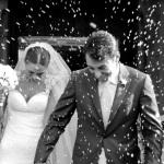 L'uscita degli sposi dalla chiesa. Idee wedding. Non solo lancio del riso al matrimonio.
