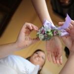 Braccialetto floreale per testimoni di nozze. Dettagli di eleganza al matrimonio