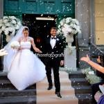 Felicità, gioia e relax dopo la cerimonia nuziale. Il lancio del riso agli sposi.