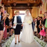mamma accompagna la sposa all'altare