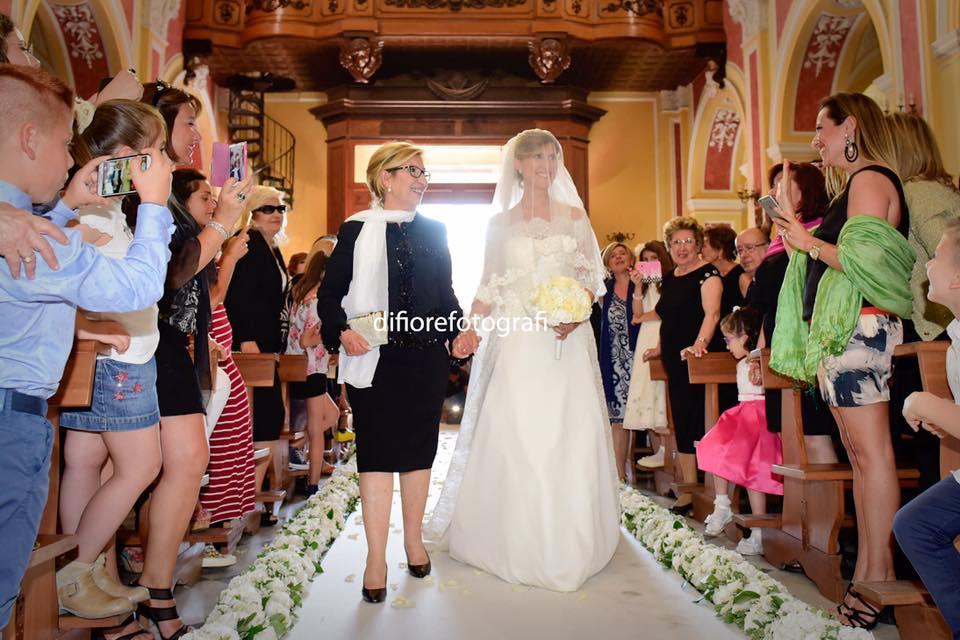 mamma accompagna la sposa all'altare