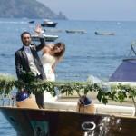 Matrimonio da sogno in costiera. L'arrivo degli sposi in barca