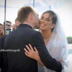 Momenti emozionanti al matrimonio. L'abbraccio degli sposi