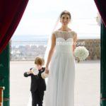 Emozionante ingresso della sposa in chiesa con un accompagnatore speciale…