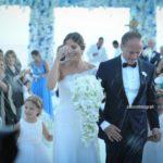 Matrimonio d'estate in spiaggia luminoso come i raggi del sole